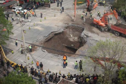 Road collapse in Beijing © CFP