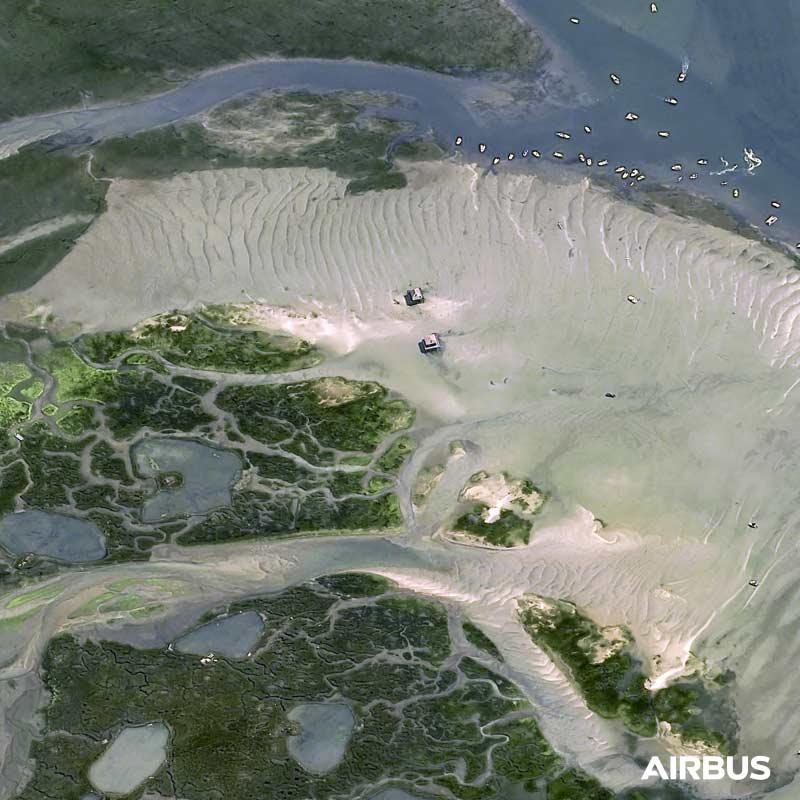 Lîle aux Oiseaux, Arcachon Bay area in France at 30cm resolution by Pléiades Neo 4 satellite, copyright Airbus DS 2021